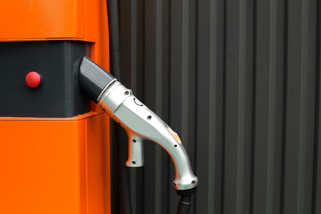 Netzteil zum aufladen eines elektroautos. technologien der zukunft. attrappe, lehrmodell, simulation. platz für text.