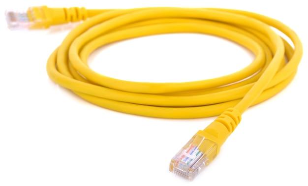 Netzwerk-ethernet-kabel mit rj45-anschlüssen auf weißem hintergrund