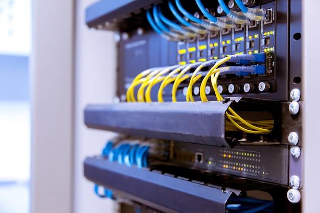 Netzwerk-switch und ethernet-kabel, data center concept.