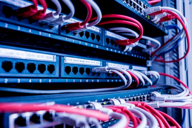 Netzwerk-switch- und ethernet-kabel in roter und weißer farbe. rechenzentrum