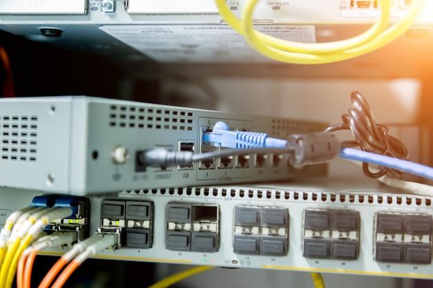 Netzwerk-switch und ethernet-kabel, rechenzentrum-konzept.