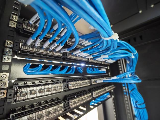 Netzwerkkabel im rackschrank