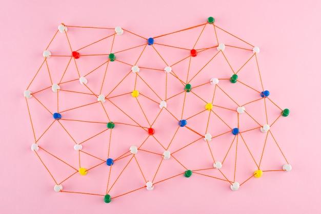 Netzwerkkonzept mit rotem faden flach legen