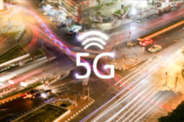 Netzwerkverbindung 5g drahtlos und symbol auf stadt in der nacht. modernes technologiekonzept
