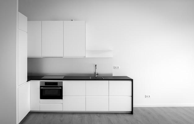 Neu gebaute küche im leeren wohnzimmer