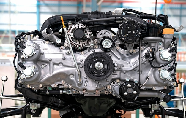 Neu gefertigte motoren am fließband einer fabrik