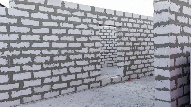 Neubau eines einstöckigen gebäudes aus einem schaumstoffblock.