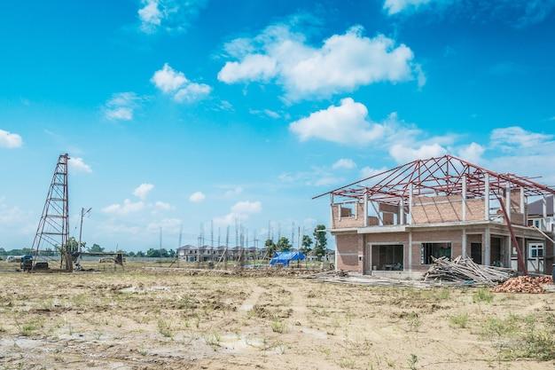 Neubau eines wohnhauses auf der baustelle mit wolken und blauem himmel