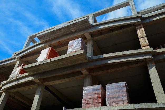 Neubau für den bau eines backsteinhauses