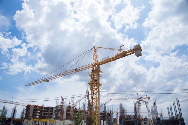 Neubau und kräne unter den wolken