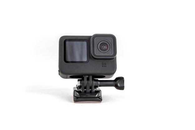 Neue 4k-action-kamera auf saughalterung in schwarzer farbe. isoliert auf weißem hintergrund