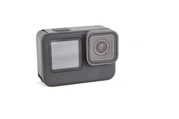 Neue 4k-action-kamera in schwarzer farbe. isolierter weißer hintergrund.. aus der ansicht.