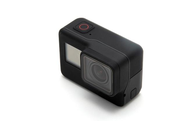 Neue 4k-action-kamera in schwarzer farbe isolierter weißer hintergrund