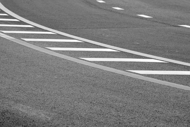 Neue asphaltbeschaffenheit mit weißer gestrichelter linie