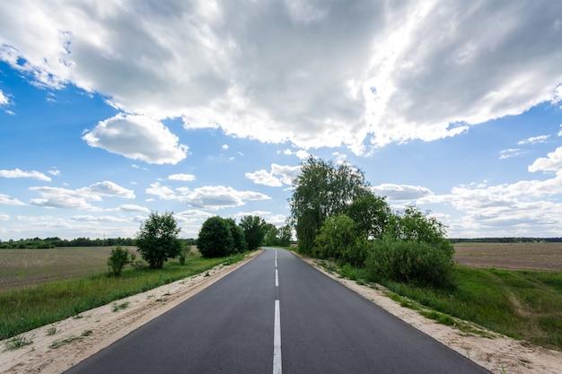 Neue asphaltstraße mitten im nirgendwo