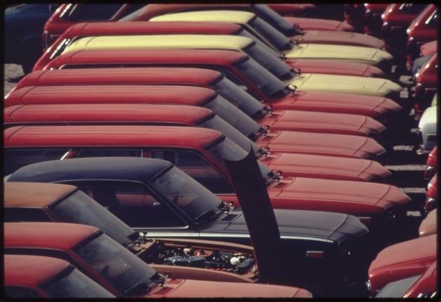 Neue autos aufgereiht in hafen-terminal