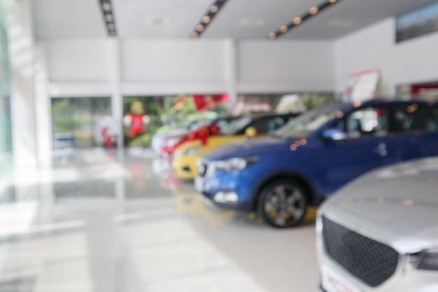 Neue autos im ausstellungsraum unscharfer hintergrund defokussiert