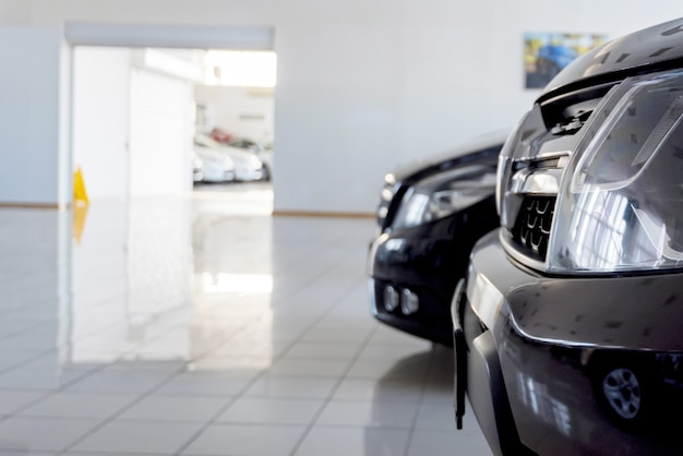 Neue autos im händlerausstellungsraum mit unscharfem hintergrund