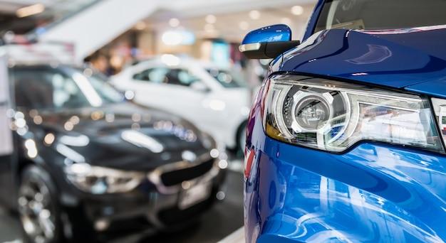 Neue autos im innenraum des händlerausstellungsraums