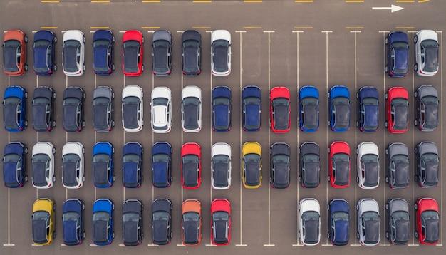 Neue autos zum verkauf auf dem parkplatz des ausstellungsraums.