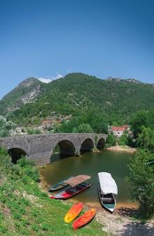 Neue brücke über crnojevica fluss in montenegro