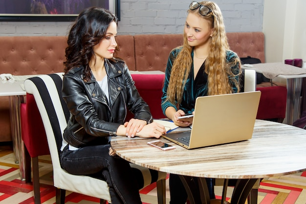 Neue designtrends in einem café lernen