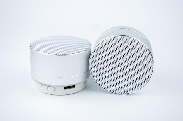 Neue drahtlose graue no-name-mini-lautsprecher auf weißem hintergrund