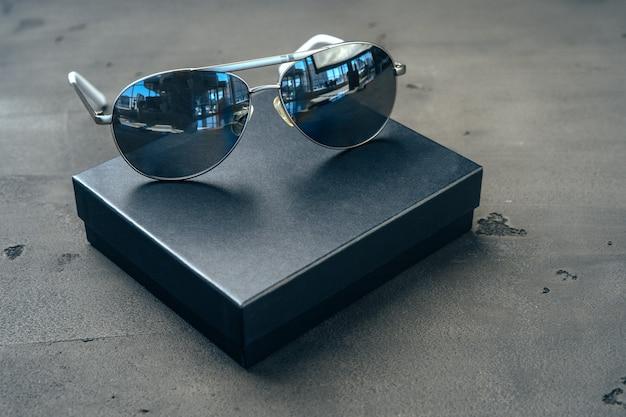 Neue dunkle fliegerbrille auf grauem beton