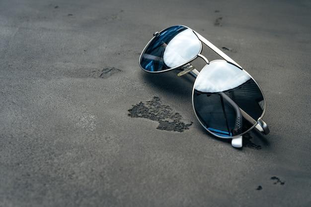 Neue dunkle fliegerbrille auf grauem betonhintergrund