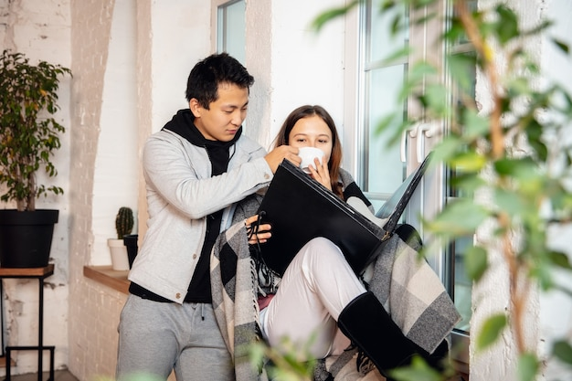 Neue eigentümer, junges paar, das in ein neues zuhause, eine neue wohnung zieht, sehen glücklich aus