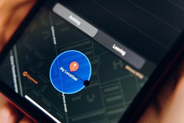 Neue erinnerungsanwendung. auf dem bildschirm des telefons ist eine erinnerung mit standort geöffnet.