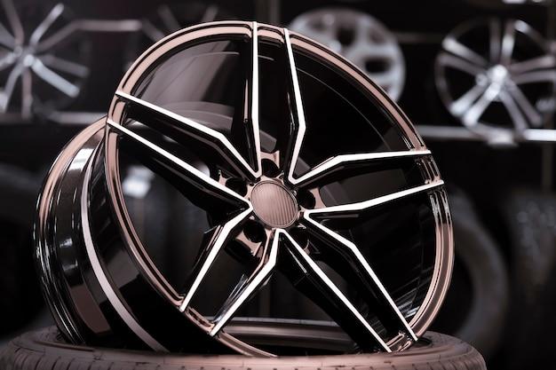 Neue geschmiedete alcoa-leichtmetallräder im autohaus. verkauf von reifen und rädern, automobilprodukten. dünne speichen und leichtes, sportliches design.