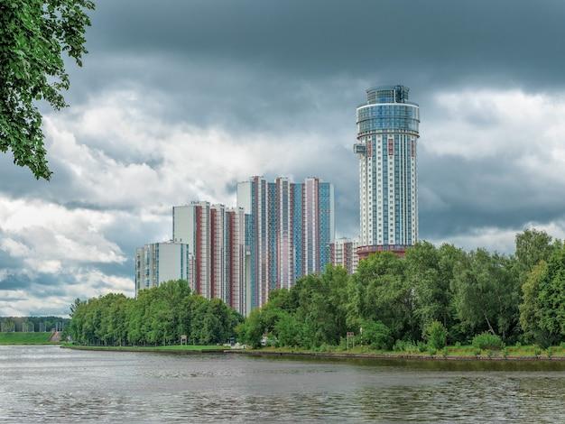 Neue hochhäuser auf einem grünen hügel. khimki bezirk, moskau