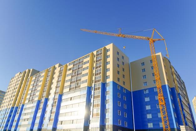 Neue hochhäuser und baukräne