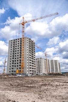 Neue hochhäuser und baumaschinen
