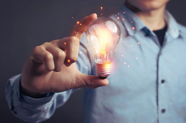 Neue ideen kreativ und brainstorming, die neuen erfindungen mit kreativitätskonzept.