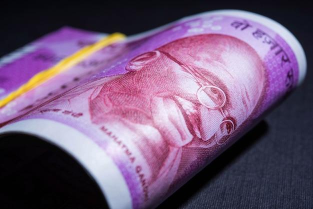 Neue indische rupien-rolle oder -bundle, selektiver fokus