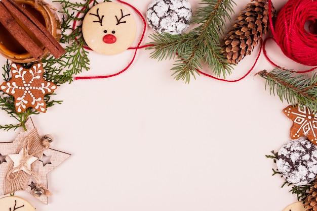 Neue inhalte, kekse, weihnachtsbäume, spielzeug, dekor, hintergrund. flach liegen