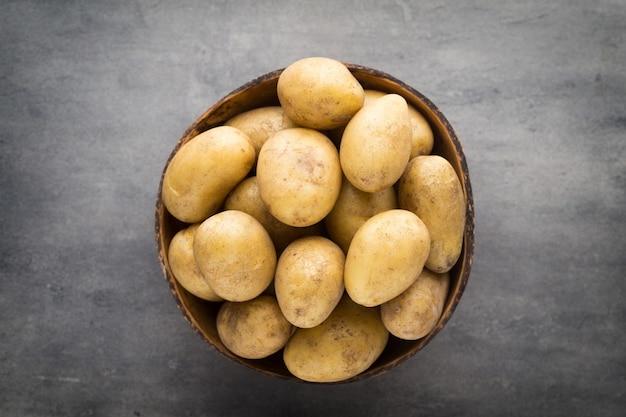 Neue kartoffel auf der schüssel, grau.
