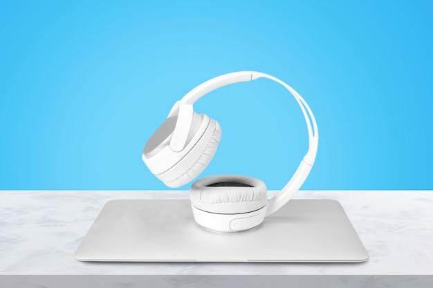 Neue kopfhörer und laptop auf dem tisch