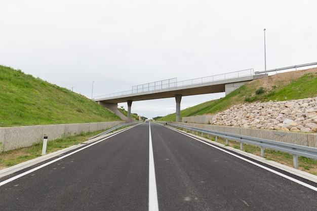 Neue kürzlich gebaute autobahn im bezirk brcko, bosnien und herzegowina