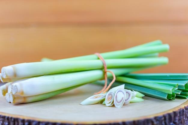 Neue lemongrasseil- und lemongrasscheibe auf hölzernem schneidebrett, wenn konzept gekocht wird.