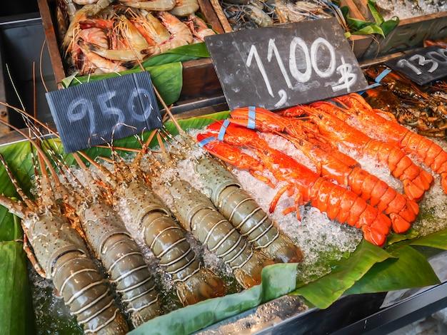 Neue meeresfrüchteanordnung angezeigt auf dem eisregal für verkauf auf dem nachtstraßenmarkt