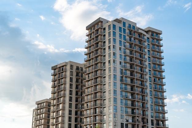 Neue mehrfamilienhäuser gegen den blauen himmel, neue häuser in tiflis