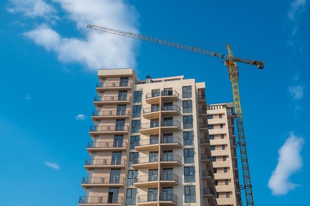 Neue mehrfamilienhäuser gegen den blauen himmel, neue häuser.