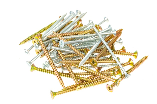 Neue metallschrauben für holz isoliert auf weißem tisch. bau- und renovierungskonzept.