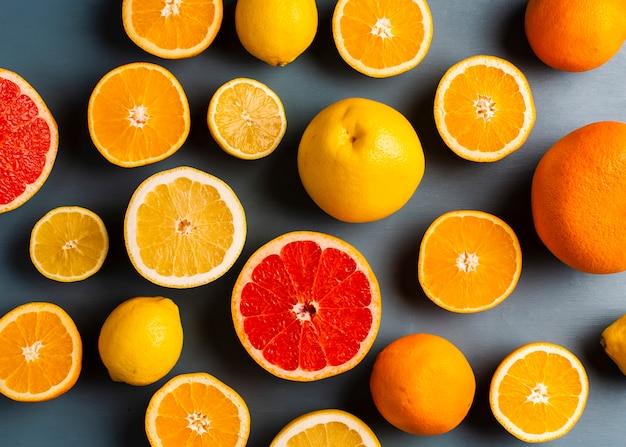 Neue mischung der draufsicht von zitrusfrüchten auf tabelle