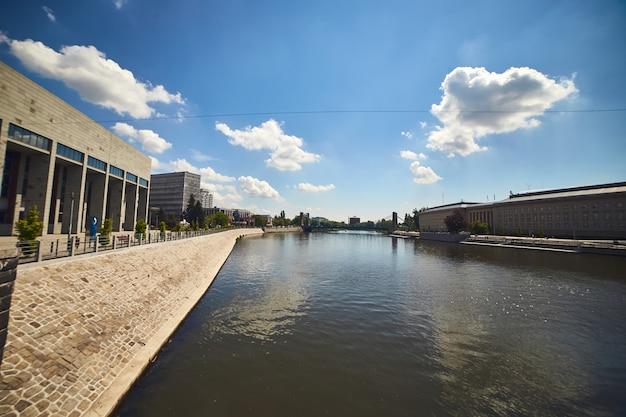 Neue moderne architekturgebäude im zentrum der breslauer stadt, polen