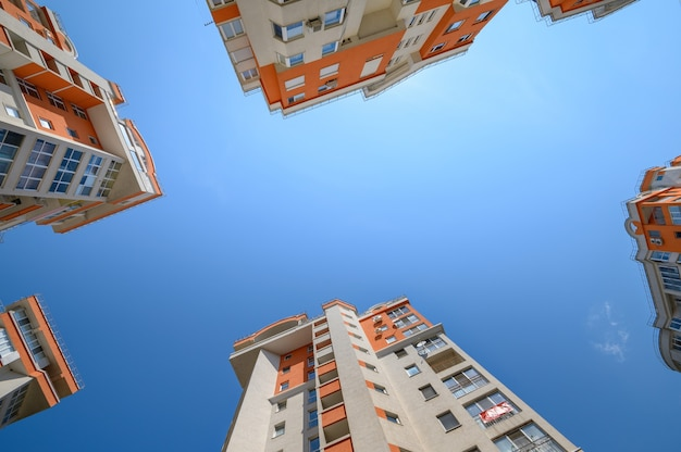 Neue moderne mehrfamilienhäuser von unten geschossen