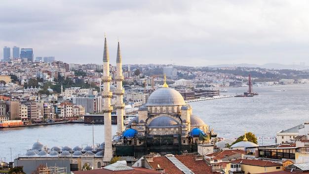 Neue moschee mit bosporus-straße, beweglichen schiffen und stadt, istanbul, türkei